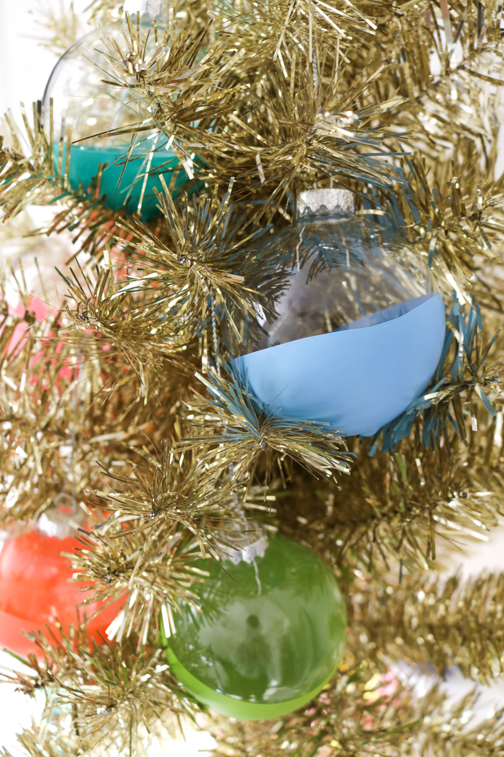 DIY Balloon Dipped Christmas Ornaments | Club Crafted